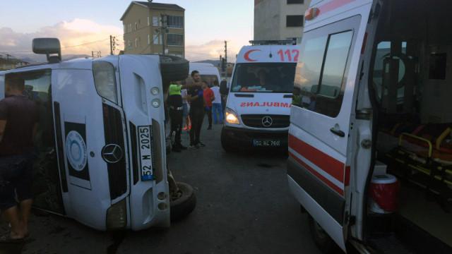 Ordu'da fındık işçilerini taşıyan minibüs devrildi: Çok sayıda yaralı var
