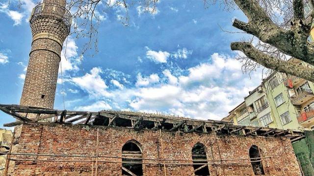 Tarihi cami otoparka döndü