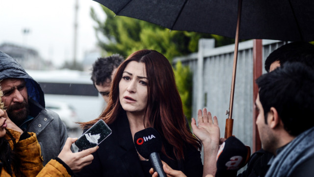 Deniz Çakır: Sanatçı kadını başörtülü başörtüsüz diye ayırmaz