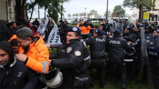 İşçilerden İzmir Büyükşehir Belediyesi önünde eylem