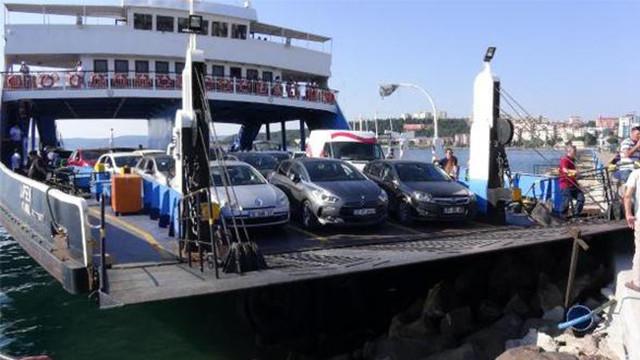 Feribota binmek isteyen araç denize uçtu