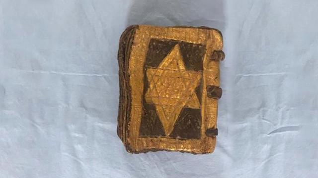 İbranice el yazılı tarihi kitap ele geçirildi
