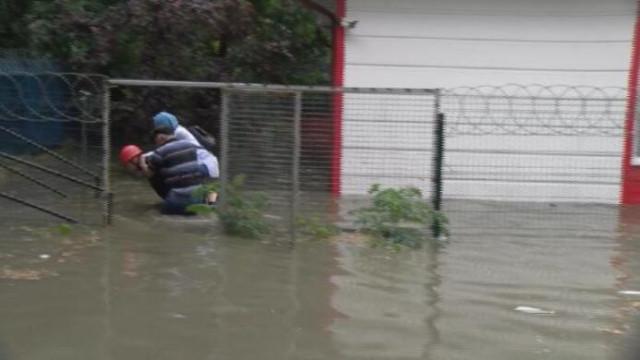 Pendik'te aşırı yağış nedeniyle araçlar mahsur kaldı, trafik durdu!