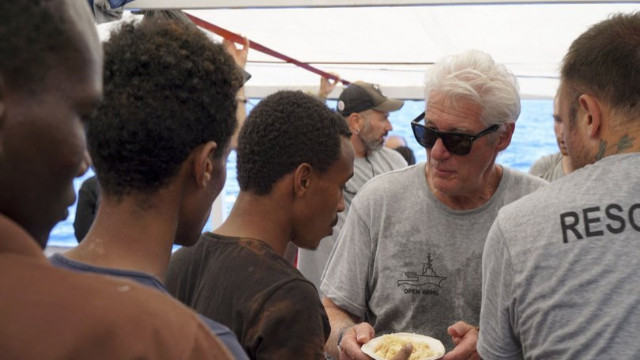 ABD'li oyuncu mahsur kalan göçmenleri ziyaret etti