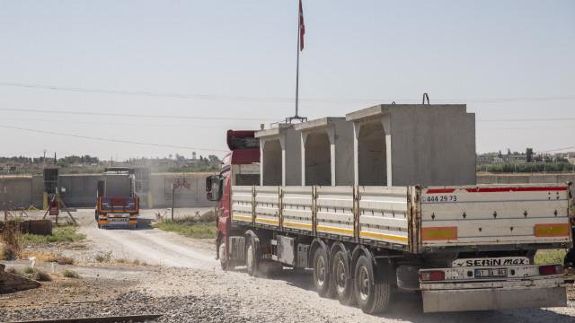 Suriye sınırında beton blok sevkiyatı