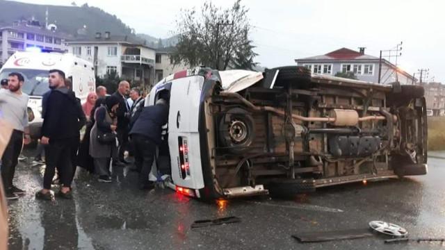 Trabzon'da yolcu minibüsü ile otomobil çarpıştı!