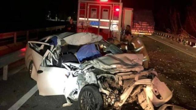 İzmir'de otomobil kamyona çarptı