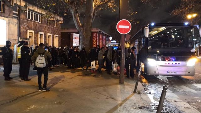 Fransız polisi Paris'teki göçmen kampını tahliye etti