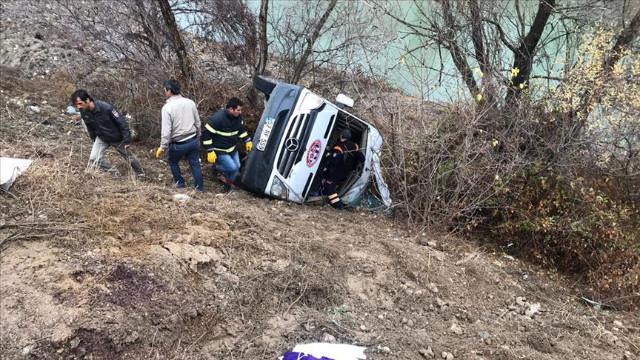 Hentbol takımını taşıyan minibüs devrildi : 1 ölü 15 yaralı