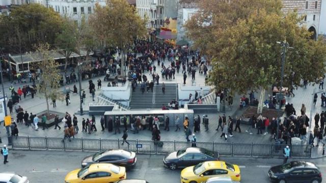 Eminönü'nde yılbaşı bileti kuyruğu