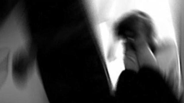 Sevgilisiyle konuşan kızını kemerle dövdü