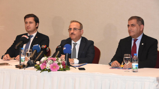İzmir'de siyasi parti il başkanları kentin sorunları için buluştu