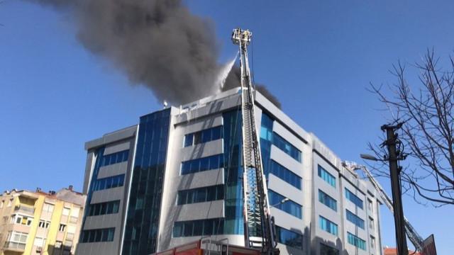 İzmir'de özel bir hastanede yangın! Tahliye edildiler...