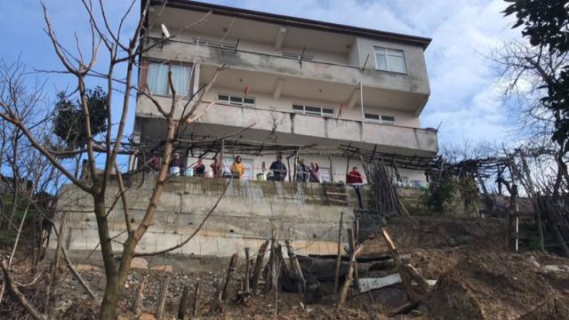AFAD, heyelan sebebiyle binayı boşalttı