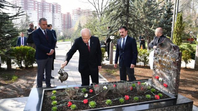 Bahçeli, Türkeş'i mezarı başında andı