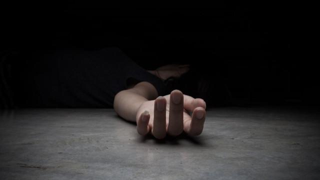 Eşini defalarca bıçakladı, polisi arayıp, 'intihar etti' dedi