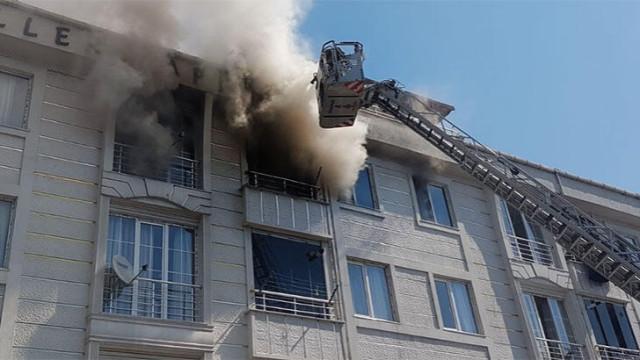 Esenyurt'ta 4 katlı binanın 4. katında yangın