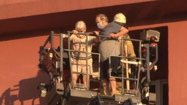 İtfaiye merdiveni ile kurtarıldılar