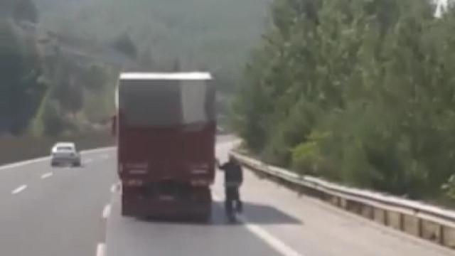 Kamyon arkasında tehlikeli bisiklet yolculuğu