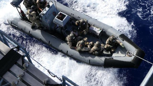 Alman askerleri Libya'ya giden Türk kargo gemisine çıktı!