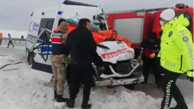 Ambulans ile TIR'ın çarpıştı: Hemşire öldü