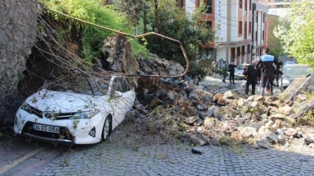 Beşiktaş'ta istinat duvarı araçların üzerine çöktü!