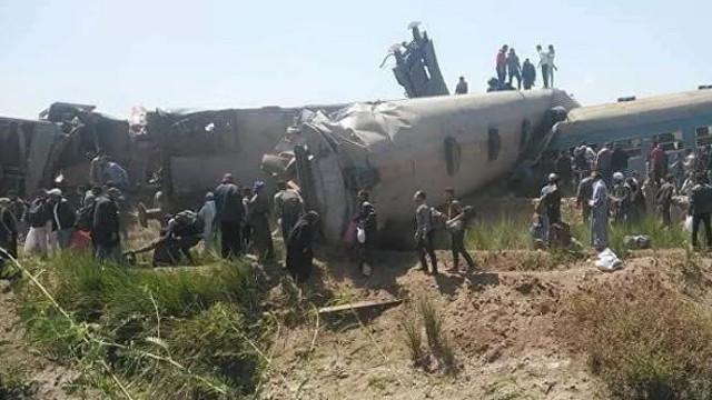 Mısır'da iki tren kafa kafaya çarpıştı!