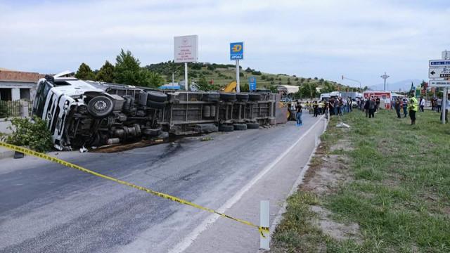 Taksiye çarpan TIR, yayaların üzerine devrildi: 2 ölü, 5 yaralı