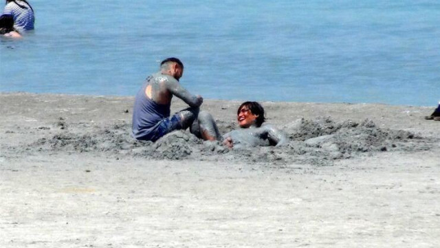 Salda Gölü'nde nargile içip, çamur banyosu yaptılar!