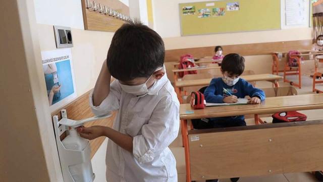 Bakan Koca son durumu açıkladı: Okullar kapanmayacak