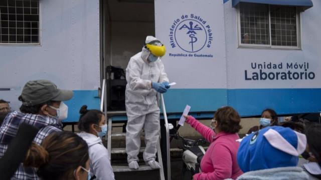 Aşı karşıtı köylüler sağlık çalışanlarını alıkoydu!