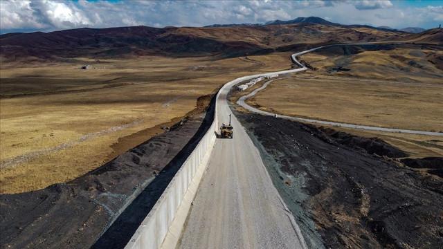 Van-İran sınırındaki güvenlik duvarının 20 kilometrelik kısmı tamamlandı
