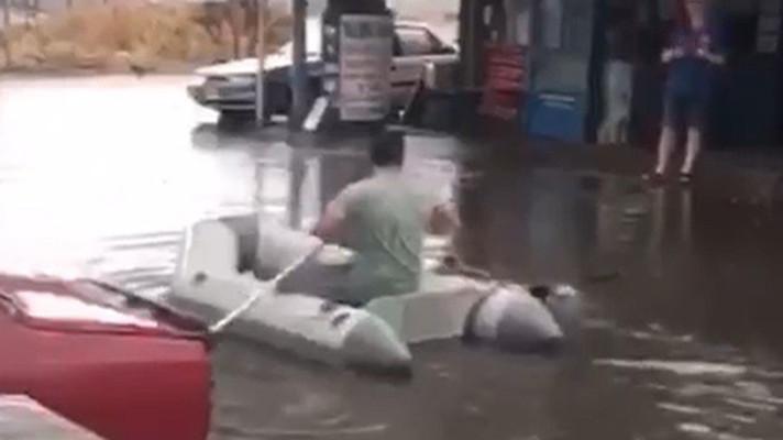 Yağış sonrası vatandaş deniz botuyla dışarı çıktı