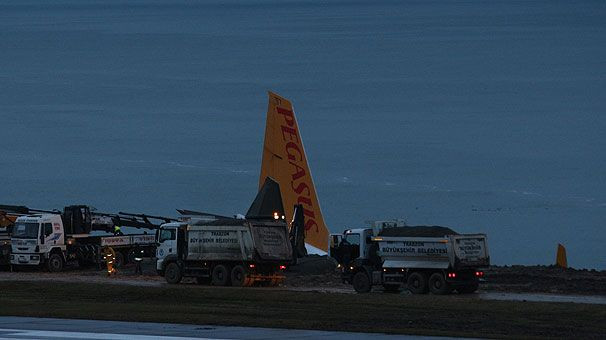 Trabzon Havalimanı'nda yolcu uçağı pistten çıktı - Page 2