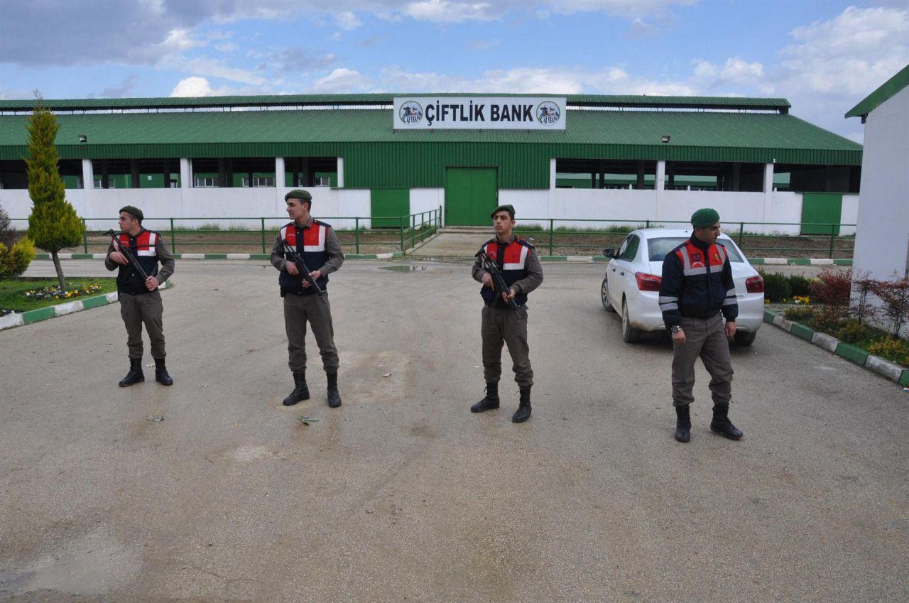 Jandarma Özel Harekat Çiftlik Bank önünde nöbet tutuyor - Page 2