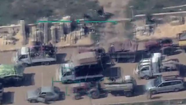 Afrin'de teröristler sivilleri silahlar tehdit etti