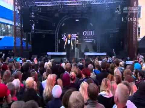Finlandiya'daki hayali gitar çalma yarışması... Yarışmacılar, gitarsız gitar yarışmasında, şekilden şekile girdi. Ortaya ilginç görüntüler çıktı.