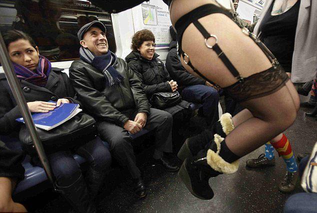 Yürek hoplatan eylem: Pantolonsuz metro yolculuğu! - Page 4