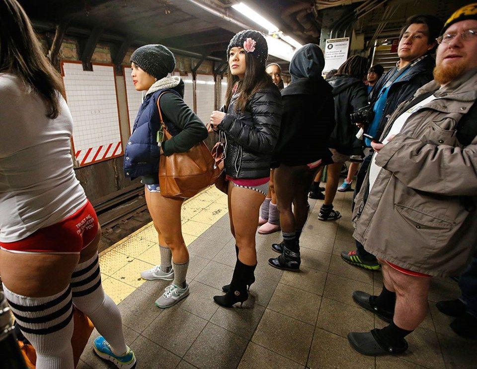 Yürek hoplatan eylem: Pantolonsuz metro yolculuğu! - Page 2
