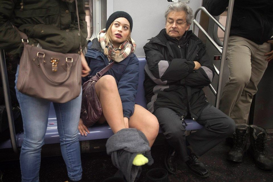 Yürek hoplatan eylem: Pantolonsuz metro yolculuğu! - Page 1