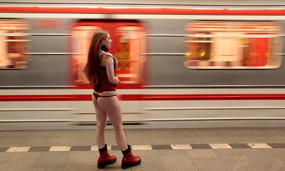 Yürek hoplatan eylem: Pantolonsuz metro yolculuğu! - Page 3