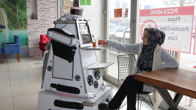 Kendi imkanlarıyla garson robot yaptı!