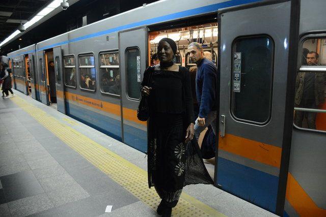 Dünyaca ünlü şarkıcı Miles, İstanbul'da metroya bindi - Page 2
