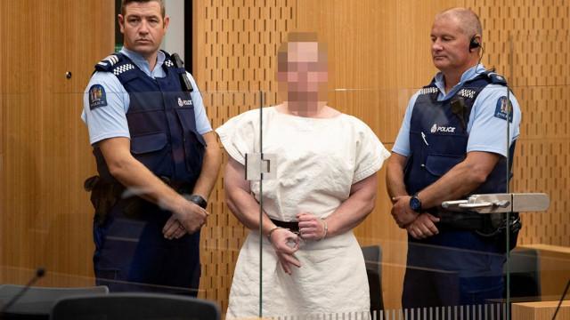 Duruşmada 'white power' işareti yaptı