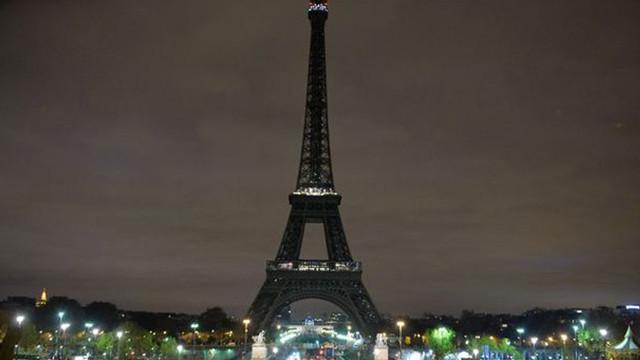 Eyfel Kulesi'nin ışıkları Yeni Zelanda için karartıldı