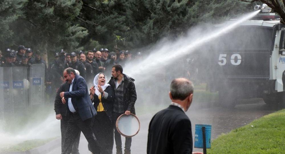 Diyarbakır'da izinsiz gösteriye müdahale! - Page 1