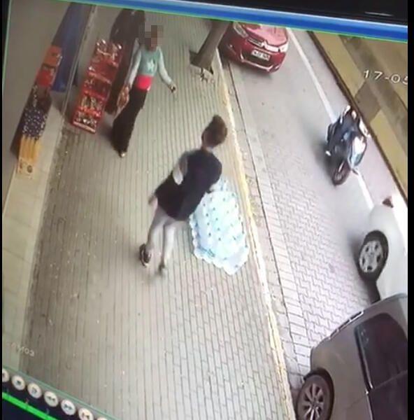 Sokak ortasında elbiselerini çıkardı! İstanbul'da ilginç olay! - Sayfa 2