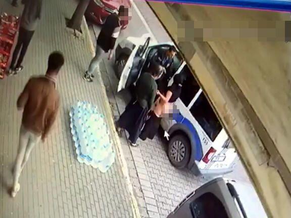 Sokak ortasında elbiselerini çıkardı! İstanbul'da ilginç olay! - Sayfa 3
