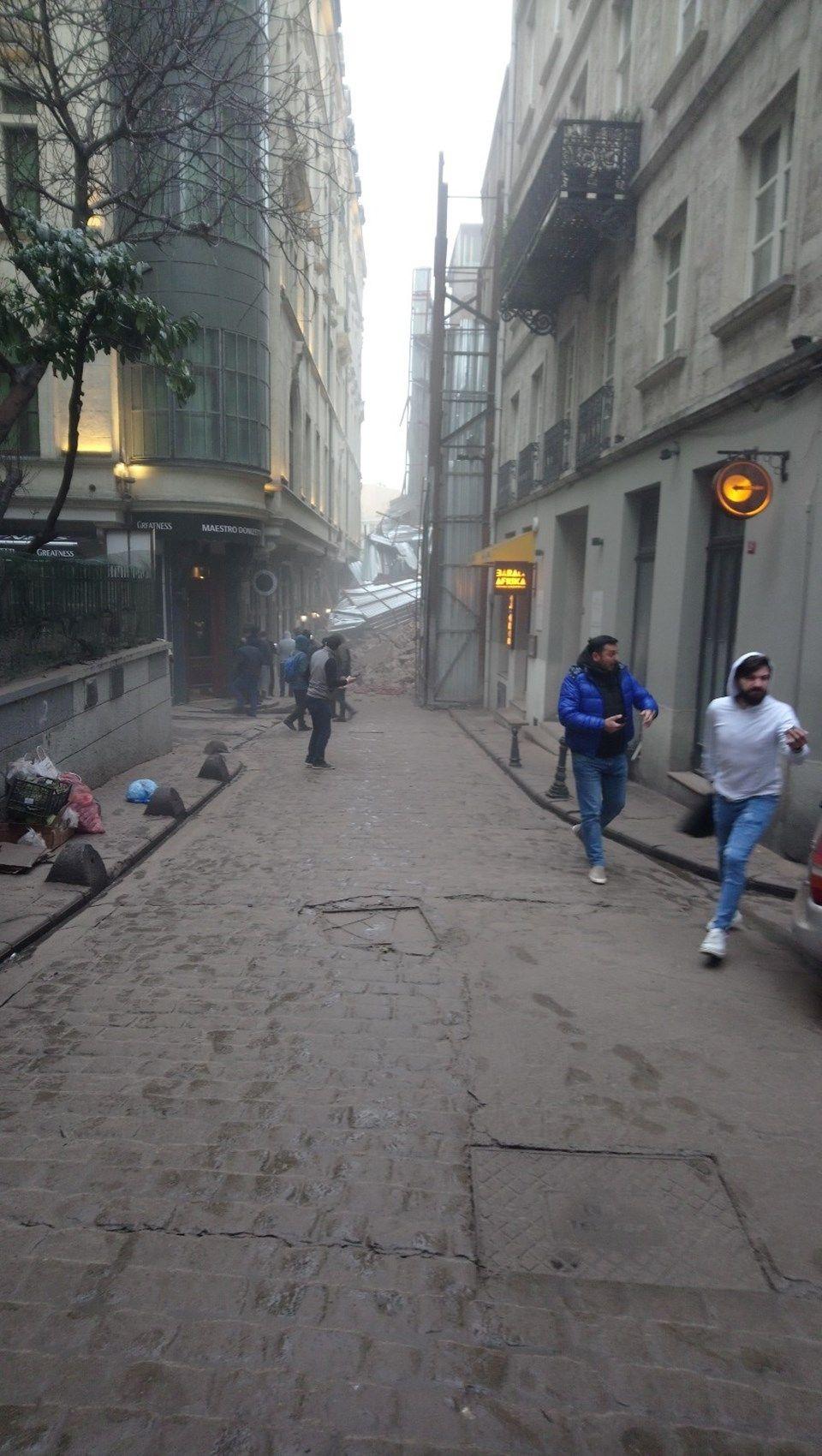 Beyoğlu'nda bina çöktü! - Sayfa 1