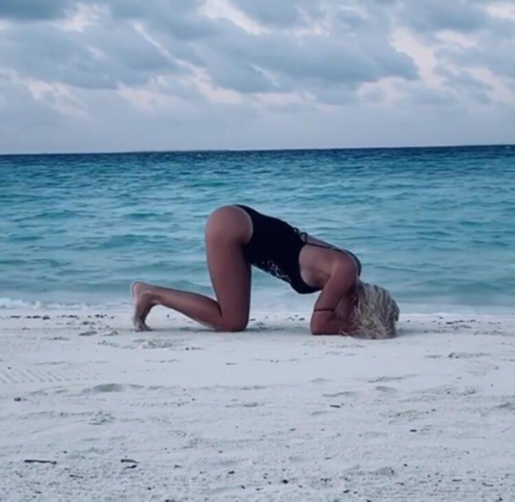 Ilary Blasi'nin plajda yaptığı spor, sosyal medyayı salladı - Sayfa 1